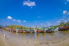 AO NANG TAJLANDIA, MARZEC, - 05, 2018: Plenerowy widok Łowić tajlandzkie łodzie przy brzeg Da wyspa z rzędu, Krabi Obraz Royalty Free
