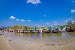 AO NANG TAJLANDIA, MARZEC, - 05, 2018: Plenerowy widok Łowić tajlandzkie łodzie przy brzeg Da wyspa z rzędu, Krabi Fotografia Royalty Free