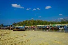 AO NANG TAJLANDIA, MARZEC, - 05, 2018: Plenerowy widok Łowić tajlandzkie łodzie przy brzeg Da wyspa z rzędu, Krabi Zdjęcie Royalty Free