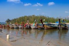 AO NANG TAJLANDIA, MARZEC, - 05, 2018: Plenerowy widok Łowić tajlandzkie łodzie przy brzeg Da wyspa z rzędu, Krabi Obraz Stock