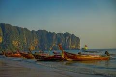 AO NANG TAJLANDIA, MARZEC, - 05, 2018: Plenerowy widok łowi tajlandzkie łodzie przy Da wyspą, Krabi prowincja, Andaman morze, poł Obraz Royalty Free