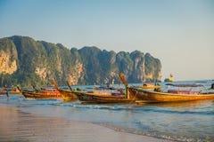 AO NANG TAJLANDIA, MARZEC, - 05, 2018: Plenerowy widok łowi tajlandzkie łodzie przy Da wyspą, Krabi prowincja, Andaman morze, poł Fotografia Stock