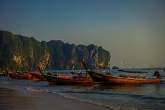 AO NANG TAJLANDIA, MARZEC, - 05, 2018: Plenerowy widok łowi tajlandzkie łodzie przy Da wyspą, Krabi prowincja, Andaman morze, poł Zdjęcia Royalty Free
