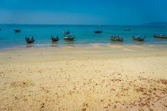 AO NANG TAJLANDIA, MARZEC, - 05, 2018: Plenerowy widok dużo łowi tajlandzkie łodzie przy Da wyspą, Krabi prowincja, Andaman morze Obrazy Royalty Free