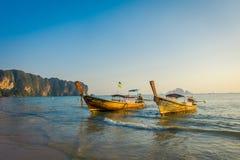 AO NANG TAJLANDIA, MARZEC, - 05, 2018: Plenerowy widok dwa łowią tajlandzkiej łodzi przy Da wyspą, Krabi prowincja, Andaman morze Zdjęcia Stock