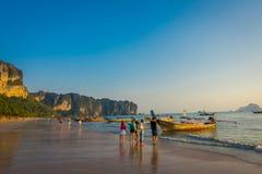 AO NANG TAJLANDIA, MARZEC, - 05, 2018: Plenerowy widok niezidentyfikowani ludzie chodzi w plaży blisko do Łowić tajlandzkie łodzi Zdjęcie Royalty Free