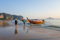 AO NANG TAJLANDIA, MARZEC, - 05, 2018: Plenerowy widok niezidentyfikowani ludzie chodzi w plaży blisko do Łowić tajlandzkie łodzi Obrazy Stock