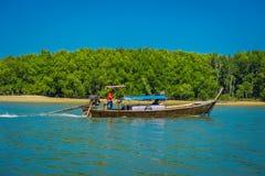 AO NANG TAJLANDIA, MARZEC, - 05, 2018: Plenerowy widok niezidentyfikowani ludzie podróżuje w Łowić tajlandzkie łodzie w rzece prz Zdjęcie Royalty Free