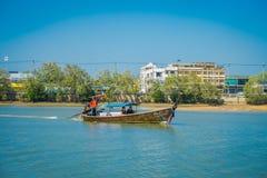 AO NANG TAJLANDIA, MARZEC, - 05, 2018: Plenerowy widok niezidentyfikowani ludzie podróżuje w Łowić tajlandzkie łodzie w rzece prz Zdjęcie Stock