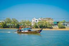AO NANG TAJLANDIA, MARZEC, - 05, 2018: Plenerowy widok niezidentyfikowani ludzie podróżuje w Łowić tajlandzkie łodzie w rzece prz Zdjęcia Stock
