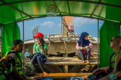 AO NANG TAJLANDIA, MARZEC, - 05, 2018: Plenerowy widok niezidentyfikowani ludzie wśrodku łowić tajlandzkie łodzie przy brzeg Po Fotografia Stock