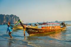 AO NANG TAJLANDIA, MARZEC, - 05, 2018: Plenerowy widok niezidentyfikowany mężczyzna w plaży blisko do Łowić tajlandzkie łodzie pr Zdjęcia Royalty Free