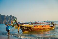 AO NANG TAJLANDIA, MARZEC, - 05, 2018: Plenerowy widok niezidentyfikowany mężczyzna w plaży blisko do Łowić tajlandzkie łodzie pr Obrazy Royalty Free