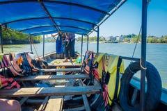 AO NANG TAJLANDIA, MARZEC, - 05, 2018: Salowy widok Łowić tajlandzkie łodzie w rzece przy Krabi prowincją, Andaman morze, południ Zdjęcie Royalty Free
