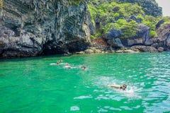 AO NANG TAJLANDIA, MARZEC, - 05, 2018: Turyści relaksuje i pływa w turkus wodzie przy kurczak wyspą w Tajlandia Obraz Royalty Free
