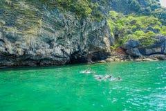 AO NANG TAJLANDIA, MARZEC, - 05, 2018: Turyści relaksuje i pływa w turkus wodzie przy kurczak wyspą w Tajlandia Zdjęcia Royalty Free