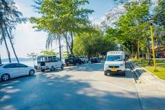 AO NANG, THAILAND - FEBRUARI 09, 2018: Den utomhus- sikten av några bilar som parkeras på en sida av lokalen för vägen, shoppar n Royaltyfria Foton