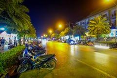 AO NANG, THAILAND - FEBRUARI 09, 2018: Den utomhus- sikten av några motorcyklar som parkeras i rad på en sida många, shoppar näst Fotografering för Bildbyråer