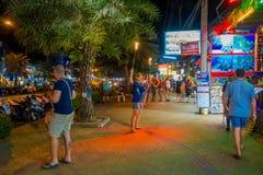 AO NANG, THAILAND - FEBRUARI 09, 2018: Den utomhus- sikten av oidentifierad pople som går i en trottoar många, shoppar nästan på Fotografering för Bildbyråer