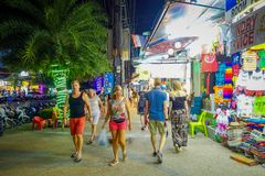 AO NANG, THAILAND - FEBRUARI 09, 2018: Den utomhus- sikten av oidentifierad pople som går i en trottoar många, shoppar nästan på Royaltyfria Bilder