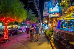 AO NANG, THAILAND - FEBRUARI 09, 2018: Den utomhus- sikten av oidentifierad pople som går i en trottoar många, shoppar nästan på Arkivbilder