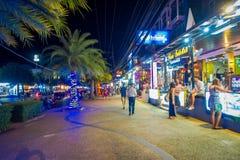 AO NANG, THAILAND - FEBRUARI 09, 2018: Den utomhus- sikten av oidentifierad pople som går i en trottoar många, shoppar nästan på Royaltyfri Fotografi