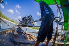 AO NANG, THAILAND - FEBRUARI 09, 2018: Slut upp av den oidentifierade mannen som behandlar en fartygmotor med en suddig natur Arkivbilder