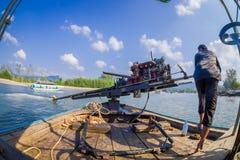 AO NANG, THAILAND - FEBRUARI 09, 2018: Slut upp av den oidentifierade mannen som behandlar en fartygmotor med en suddig natur Arkivfoto