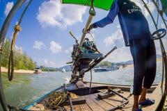 AO NANG, THAILAND - FEBRUARI 09, 2018: Ursnygg sikt av den oidentifierade mannen som behandlar en fartygmotor med en suddig natur Arkivfoto