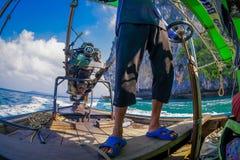 AO NANG, THAILAND - FEBRUARI 09, 2018: Ursnygg sikt av den oidentifierade mannen som behandlar en fartygmotor med en suddig natur Fotografering för Bildbyråer