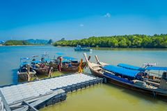 AO NANG, THAILAND - 5. MÄRZ 2018: Über Ansicht von Fischerei von langen thailändischen Booten am Ufer von Insel PO-DA, Krabi-Prov Lizenzfreie Stockfotos