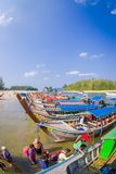 AO NANG, THAILAND - 5. MÄRZ 2018: Über Ansicht von Fischerei von thailändischen Booten am Ufer von Insel PO-DA, Krabi-Provinz Lizenzfreie Stockfotografie