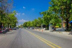 AO NANG, THAILAND - 19. MÄRZ 2018: Ansicht im Freien einiger Autos und Motorräder parkte in der Straße nah an lokalen Shops Stockbild