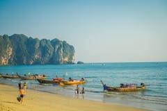 AO NANG, THAILAND - 5. MÄRZ 2018: Ansicht im Freien von den nicht identifizierten Leuten, die in den Strand nah an der Fischerei  Lizenzfreie Stockfotografie