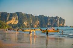AO NANG, THAILAND - 5. MÄRZ 2018: Ansicht im Freien von den nicht identifizierten Leuten, die in den Strand nah an der Fischerei  Stockbild