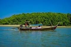 AO NANG, THAILAND - 5. MÄRZ 2018: Ansicht im Freien von den nicht identifizierten Leuten, die wenn thailändische Boote im Fluss a Lizenzfreie Stockfotos