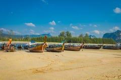AO NANG, THAILAND - 5. MÄRZ 2018: Ansicht im Freien von Fischerei von thailändischen Booten am Ufer von PO-DA Insel, Krabi-Provin Lizenzfreies Stockfoto