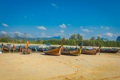 AO NANG, THAILAND - 5. MÄRZ 2018: Ansicht im Freien von Fischerei von thailändischen Booten am Ufer von PO-DA Insel, Krabi-Provin Stockbild