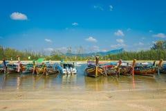 AO NANG, THAILAND - 5. MÄRZ 2018: Ansicht im Freien von thailändische Boote am Ufer von PO-DA Insel, Krabi in Folge fischen Stockfotografie