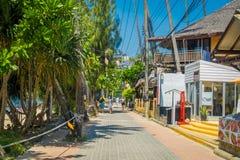 AO NANG, THAILAND - 19. MÄRZ 2018: Die Touristen, die nah an lokalen Shops an AO Nang gehen, setzen vorderen Markt auf den Strand Lizenzfreie Stockbilder