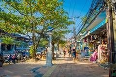 AO NANG, THAILAND - 19. MÄRZ 2018: Die Touristen, die nah an lokalen Shops an AO Nang gehen, setzen vorderen Markt auf den Strand Stockfoto