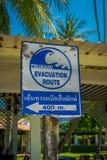 AO NANG, THAILAND - 19. MÄRZ 2018: Informatives Zeichen des Evakuierungsweges im Falle des stunami an der Strandfront AO Nang Stockfoto