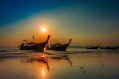 AO NANG, THAILAND - 5. MÄRZ 2018: Schöne Ansicht im Freien von Fischerei von thailändischen Booten während eines Sonnenuntergangs Lizenzfreie Stockbilder