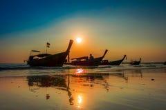 AO NANG, THAILAND - 5. MÄRZ 2018: Schöne Ansicht im Freien von Fischerei von thailändischen Booten während eines Sonnenuntergangs Stockfotos