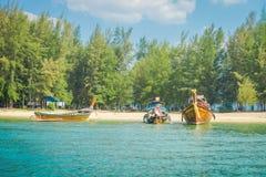 AO NANG, THAILAND - 5. MÄRZ 2018: Schöne Ansicht im Freien von vielen, die thailändische Boote am Ufer von Insel PO-DA fischen Stockfotografie