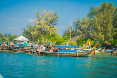 AO NANG, THAILAND - 5. MÄRZ 2018: Schöne Ansicht im Freien von vielen, die thailändische Boote am Ufer von Insel PO-DA fischen Stockbild