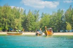 AO NANG, THAILAND - 5. MÄRZ 2018: Schöne Ansicht im Freien von vielen, die thailändische Boote am Ufer von Insel PO-DA fischen Lizenzfreie Stockbilder