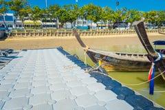AO NANG, THAILAND - 5. MÄRZ 2018: Schließen Sie oben von der Fischerei von langen thailändischen Booten am Ufer von PO-DA Insel,  Lizenzfreie Stockfotos