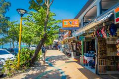 AO NANG, THAILAND - 19. MÄRZ 2018: Touristisches Einkaufen an den lokalen Shops am Strand-Frontmarkt AO Nang Strandfront AO Nang Lizenzfreie Stockfotografie