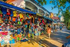 AO NANG, THAILAND - MARS 19, 2018: Den utomhus- sikten av lokalen shoppar marknaden på stranden för Ao Nang, är en av den berömda Royaltyfri Fotografi